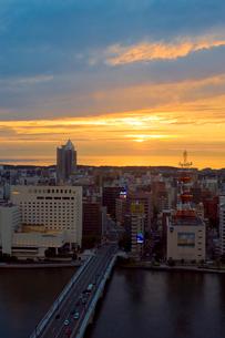 新潟市の街並みの夕景の写真素材 [FYI01627956]
