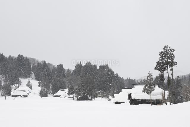 雪の中の民家の写真素材 [FYI01627986]