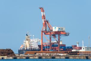 ガントリークレーンと貨物船の写真素材 [FYI01628011]