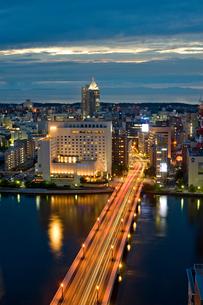 新潟市の街並みの夜景の写真素材 [FYI01628047]