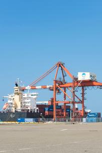 ガントリークレーンと貨物船の写真素材 [FYI01628048]