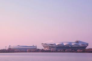 朝焼けのサッカースタジアムと野球場の写真素材 [FYI01628071]