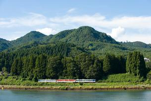 川と平行に走る電車の写真素材 [FYI01628160]