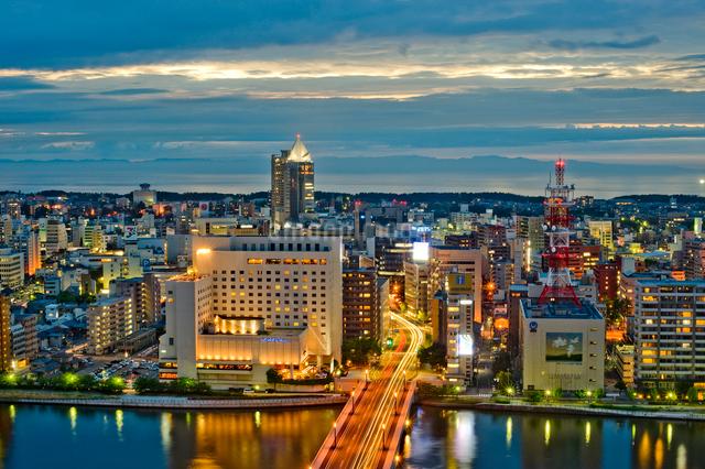 新潟市の街並みの夜景の写真素材 [FYI01628182]