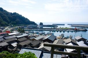 寝屋漁港の漁船と町並みの写真素材 [FYI01628208]