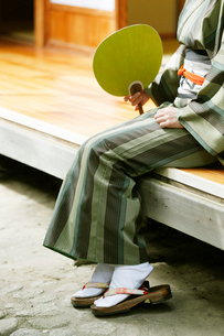 縁側に座る和服の女性の写真素材 [FYI01628214]