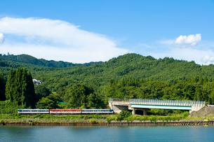 川と平行に走る電車の写真素材 [FYI01628224]