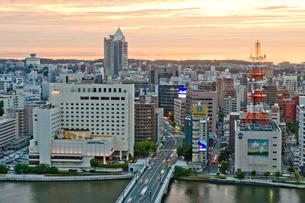 新潟市の街並みの夕景の写真素材 [FYI01628264]