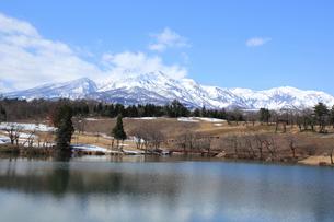 雪の残る妙高山の写真素材 [FYI01628271]