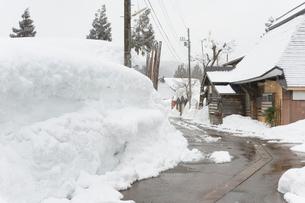 雪の壁と民家の写真素材 [FYI01628277]