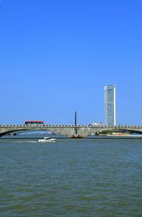萬代橋と朱鷺メッセの写真素材 [FYI01628346]
