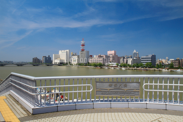 信濃川に架かる柳都大橋の写真素材 [FYI01628390]