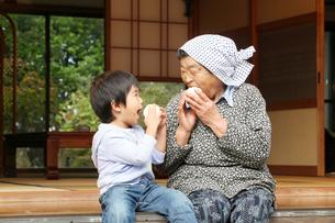 縁側の祖母と孫の写真素材 [FYI01628391]