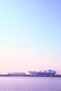 朝焼けのサッカースタジアムと野球場の写真素材 [FYI01628392]