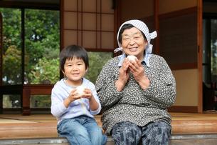 縁側の祖母と孫の写真素材 [FYI01628400]