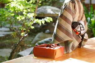 縁側に座る和服の女性の写真素材 [FYI01628460]