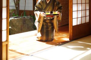 冷茶を運ぶ和服の女性の写真素材 [FYI01628461]
