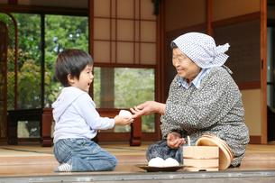 縁側の祖母と孫の写真素材 [FYI01628478]
