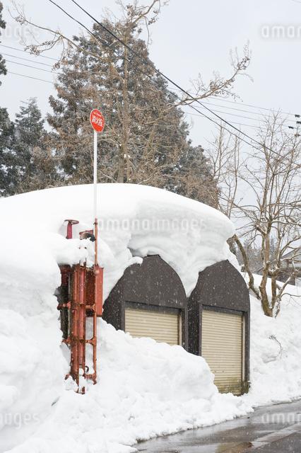 雪に埋もれる車庫の写真素材 [FYI01628487]