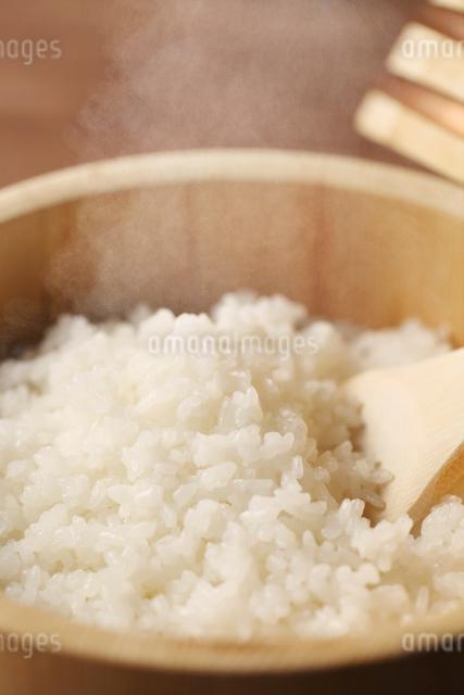 おひつに入った炊きたて御飯の写真素材 [FYI01628600]
