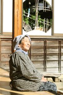 縁側でのんびりするおばあちゃんの写真素材 [FYI01628708]