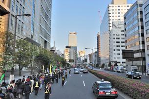 外堀通りを行くデモ行進の写真素材 [FYI01628755]