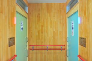 多機能トイレの入り口の写真素材 [FYI01628778]