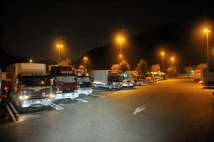 夜の高速道路のパーキングエリアの写真素材 [FYI01628997]