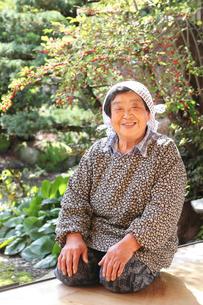 縁側に座るおばあちゃんの写真素材 [FYI01629289]