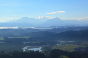 越後三山と信濃川の写真素材 [FYI01629378]