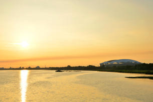 早朝の鳥屋野潟とデンカビッグスワンスタジアムの写真素材 [FYI01629379]