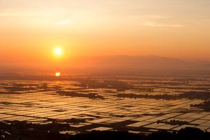 朝日に染まる越後平野の写真素材 [FYI01629409]