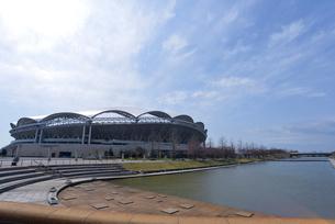 デンカビッグスワンスタジアムと新潟県スポーツ公園のカナール運河の写真素材 [FYI01629414]
