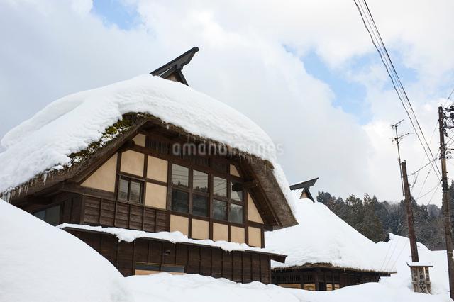 雪の中の民家の写真素材 [FYI01629444]
