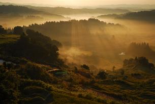 山並みと光芒の写真素材 [FYI01629456]