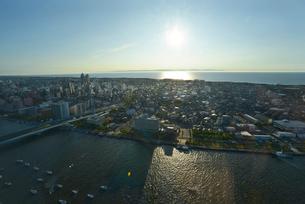 新潟市の街並と日本海の写真素材 [FYI01629457]