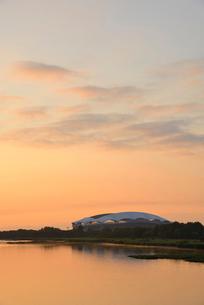 早朝の鳥屋野潟とデンカビッグスワンスタジアムの写真素材 [FYI01629553]