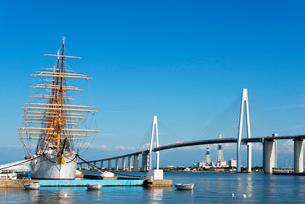 海王丸と新湊大橋の写真素材 [FYI01629577]