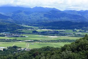初夏の田園風景と山並みの写真素材 [FYI01629614]