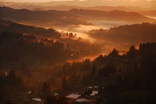 山並みと朝焼けの写真素材 [FYI01629615]