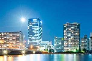 新潟市の街並の夜景の写真素材 [FYI01629621]