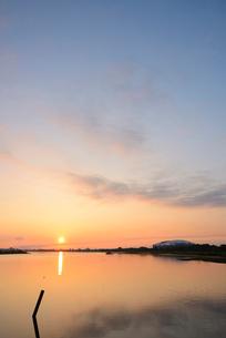 早朝の鳥屋野潟の写真素材 [FYI01629646]