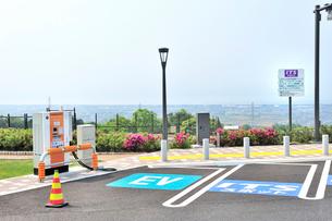 自動車充電器(EV)とITSスポットの写真素材 [FYI01629821]