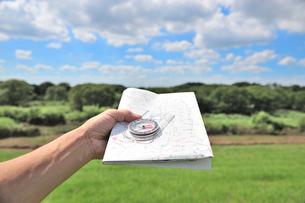 地図とコンパスを持つ手の写真素材 [FYI01629857]