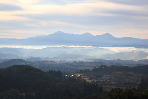 朝もやの中の越後三山の写真素材 [FYI01629922]