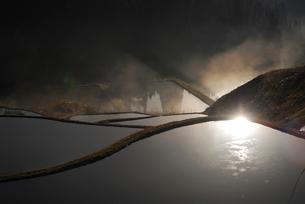 光る水面の写真素材 [FYI01629924]