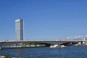 信濃川に架かる柳都大橋と朱鷺メッセの写真素材 [FYI01629932]