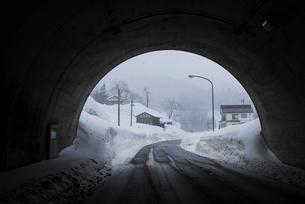 トンネルと雪景色の写真素材 [FYI01629951]