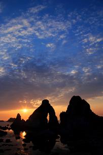 夫婦岩の夕景の写真素材 [FYI01629954]