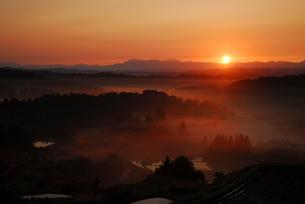 朝日と山並みの写真素材 [FYI01630038]